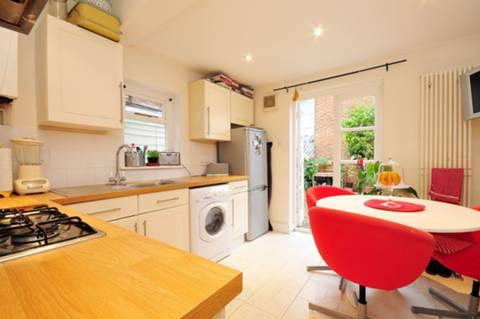 <b>Kitchen</b><span class='dims'> 11' x 10'6 (3.35 x 3.20m)</span>