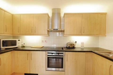 <b>Kitchen</b><span class='dims'> 11'10 x 6'9 (3.61 x 2.06m)</span>