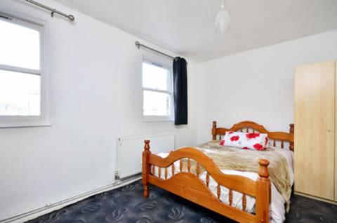 <b>Master Bedroom</b><span class='dims'> 13&#39;10 x 9&#39;5 (4.22 x 2.87m)</span>