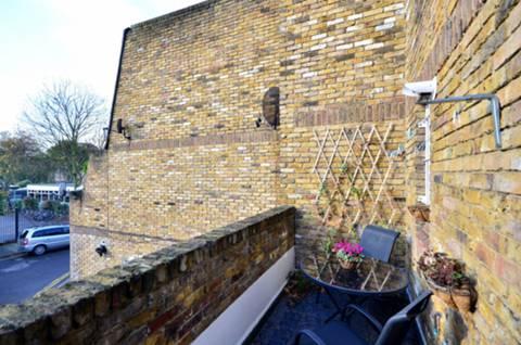 <b>Balcony</b><span class='dims'> 15&#39;9 x 4&#39;9 (4.80 x 1.45m)</span>