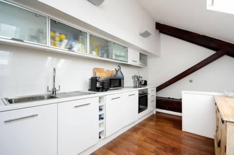 <b>Kitchen</b><span class='dims'> 16'6 x 8'3 (5.03 x 2.51m)</span>