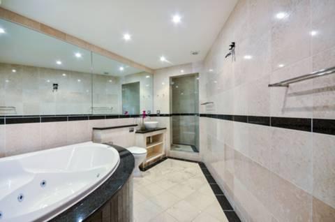 <b>En Suite Bathroom</b><span class='dims'> 14&#39; x 8&#39;6 (4.27 x 2.59m)</span>
