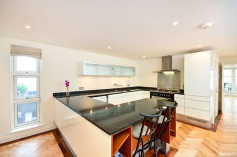 <b>Kitchen</b><span class='dims'> 16&#39;1 x 14&#39;8 (4.90 x 4.47m)</span>