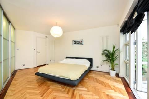 <b>Master Bedroom</b><span class='dims'> 18&#39;5 x 15&#39;11 (5.61 x 4.85m)</span>