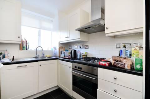<b>Kitchen</b><span class='dims'> 9'8 x 7'10 (2.95 x 2.39m)</span>