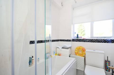 <b>Bathroom</b><span class='dims'> 6'8 x 6'7 (2.03 x 2.01m)</span>
