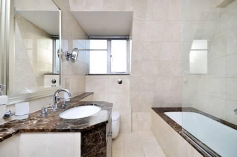 <b>Bathroom</b><span class='dims'> 8&#39;7 x 7&#39;3 (2.62 x 2.21m)</span>