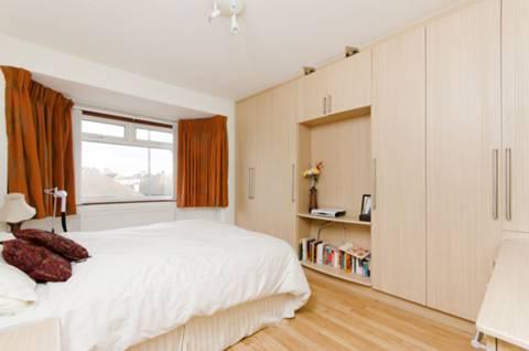 <b>Master Bedroom</b><span class='dims'> 14&#39;7 x 11&#39;6 (4.44 x 3.51m)</span>