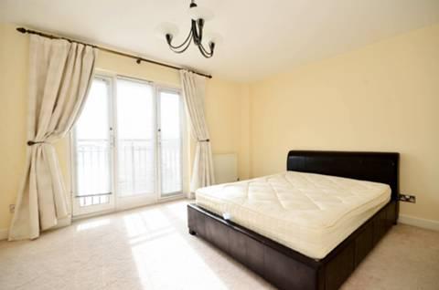 <b>Main Bedroom</b><span class='dims'> 15'9 x 10' (4.80 x 3.05m)</span>