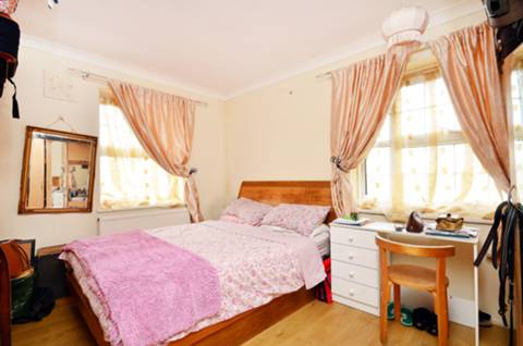 <b>Master Bedroom</b><span class='dims'> 13' x 10'9 (3.96 x 3.28m)</span>