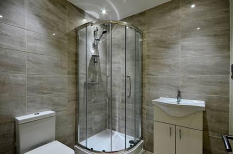<b>Shower Room</b><span class='dims'> 6' x 6' (1.83 x 1.83m)</span>