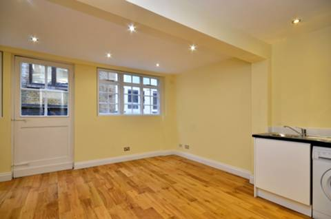 <b>Reception Room</b><span class='dims'> 17'2 x 15'7 (5.23 x 4.75m)</span>
