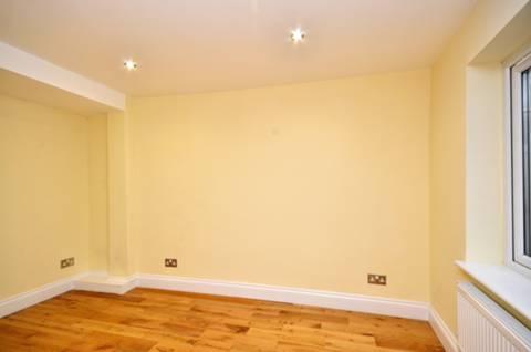 <b>Bedroom</b><span class='dims'> 11'8 x 11'2 (3.56 x 3.40m)</span>