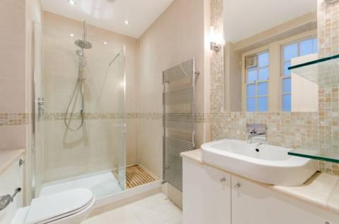 <b>En Suite Shower Room</b><span class='dims'> 9' x 5'7 (2.74 x 1.70m)</span>