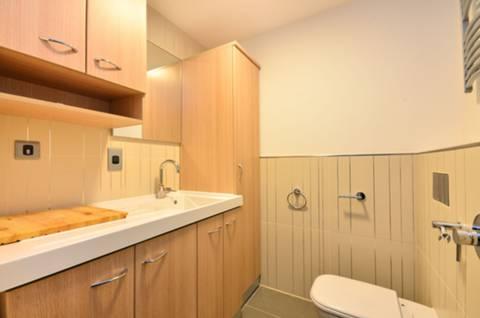 <b>Guest Cloakroom</b><span class='dims'> 7&#39;2 x 6&#39;5 (2.18 x 1.96m)</span>