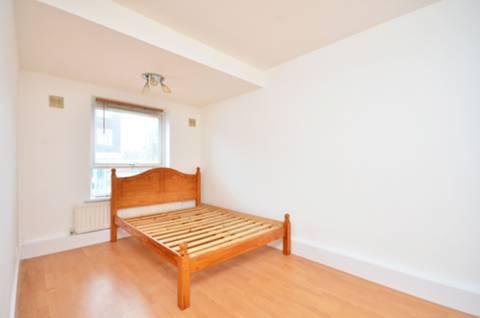 <b>Bedroom</b><span class='dims'> 15' x 8'2 (4.57 x 2.49m)</span>