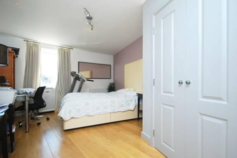 <b>Master Bedroom</b><span class='dims'> 19'4 x 13' (5.89 x 3.96m)</span>