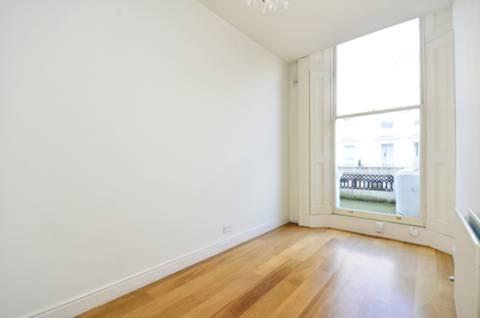 <b>Second Bedroom</b><span class='dims'> 15'3 x 7'3 (4.65 x 2.21m)</span>