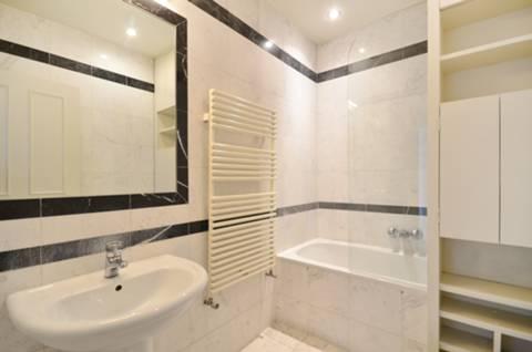 <b>Bathroom</b><span class='dims'> 8' x 5'3 (2.44 x 1.60m)</span>