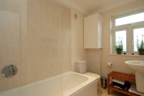 <b>Bathroom</b><span class='dims'> 8&#39;6 x 5&#39;6 (2.59 x 1.68m)</span>