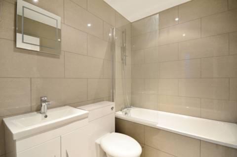 <b>Bathroom</b><span class='dims'> 6'10 x 5'4 (2.08 x 1.63m)</span>