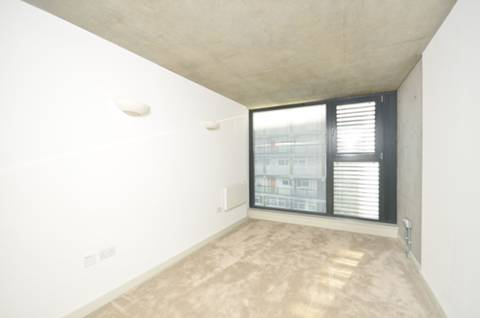 <b>Bedroom</b><span class='dims'> 15'6 x 8'9 (4.72 x 2.67m)</span>