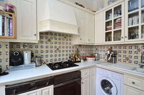 <b>Kitchen</b><span class='dims'> 8'9 x 7'3 (2.67 x 2.21m)</span>