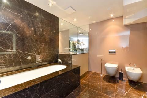 <b>En Suite Bathroom</b><span class='dims'> 13'1 x 8'3 (3.99 x 2.51m)</span>