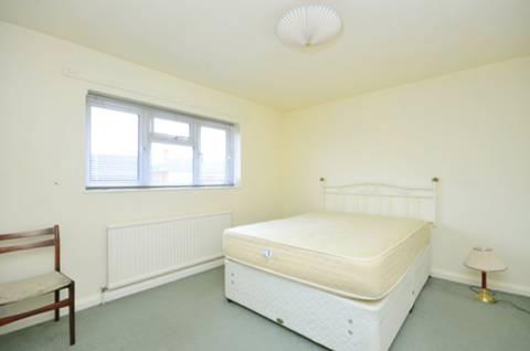 <b>Master Bedroom</b><span class='dims'> 11'7 x 10' (3.53 x 3.05m)</span>