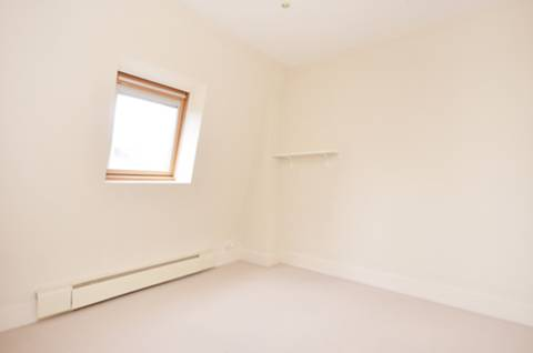 <b>Third Bedroom</b><span class='dims'> 10' x 9'6 (3.05 x 2.90m)</span>