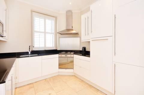 <b>Kitchen</b><span class='dims'> 10'7 x 9'5 (3.23 x 2.87m)</span>