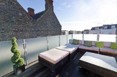 <b>Roof Terrace</b><span class='dims'> 19' x 13'7 (5.79 x 4.14m)</span>