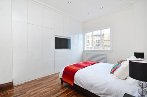 <b>Master Bedroom</b><span class='dims'> 14'3 x 11'10 (4.34 x 3.61m)</span>