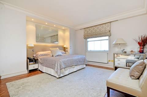 <b>Master Bedroom</b><span class='dims'> 24&#39;1 x 15&#39;2 (7.34 x 4.62m)</span>