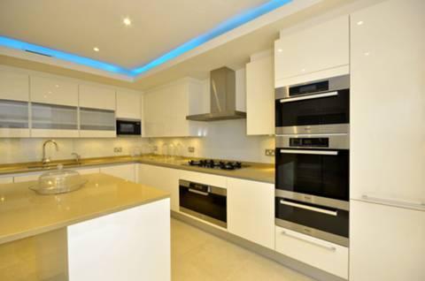<b>Kitchen</b><span class='dims'> 15&#39;1 x 13&#39;4 (4.60 x 4.06m)</span>
