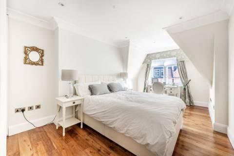 <b>Master Bedroom</b><span class='dims'> 20&#39;8 x 16&#39;2 (6.30 x 4.93m)</span>