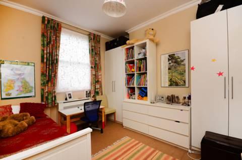 <b>Second Bedroom</b><span class='dims'> 12' x 11' (3.66 x 3.35m)</span>
