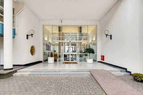 <b>Reception Room</b><span class='dims'> 26&#39;1 x 21&#39;7 (7.95 x 6.58m)</span>