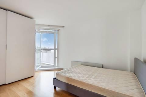 <b>Master Bedroom</b><span class='dims'> 20&#39;4 x 11&#39;11 (6.20 x 3.63m)</span>