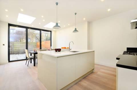 <b>Kitchen/Dining Room</b><span class='dims'> 18'10 x 15' (5.74 x 4.57m)</span>