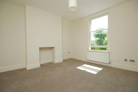 <b>Master Bedroom</b><span class='dims'> 14 x 13 (4.27 x 3.96m)</span>
