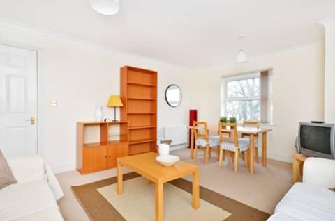 <b>Reception Room</b><span class='dims'> 16'6 x 13'6 (5.03 x 4.11m)</span>