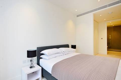 <b>Main Bedroom</b><span class='dims'> 18'4 x 10'3 (5.59 x 3.12m)</span>