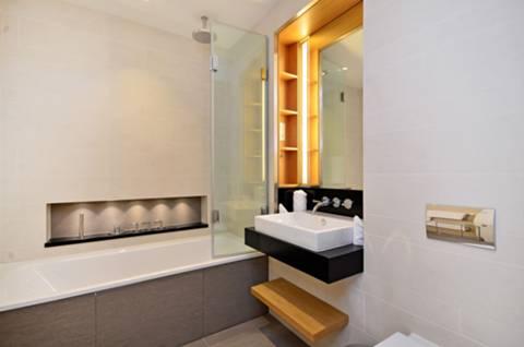 <b>Bathroom</b><span class='dims'> 7'10 x 6'4 (2.39 x 1.93m)</span>