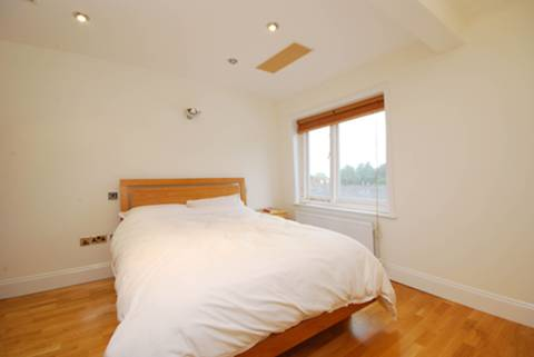 <b>Bedroom</b><span class='dims'> 12'6 x 11'6 (3.81 x 3.51m)</span>