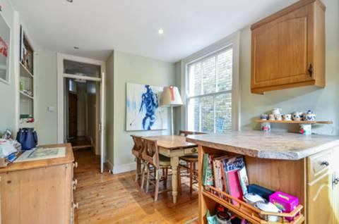 <b>Kitchen</b><span class='dims'> 15'2 x 10'4 (4.62 x 3.15m)</span>