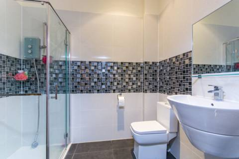 <b>Shower Room</b><span class='dims'> 8&#39; x 5&#39;10 (2.44 x 1.78m)</span>