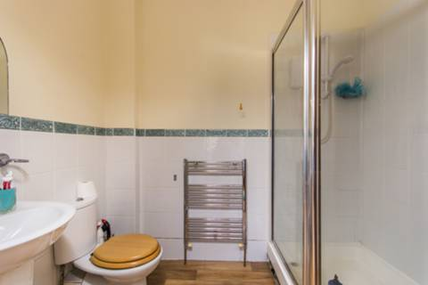 <b>En Suite Shower Room</b><span class='dims'> 8&#39; x 5&#39;4 (2.44 x 1.63m)</span>