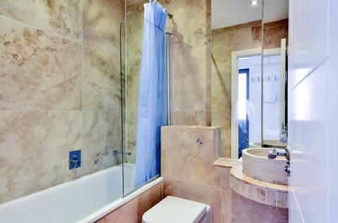 <b>Bathroom</b><span class='dims'> 5'11 x 5'5 (1.80 x 1.65m)</span>