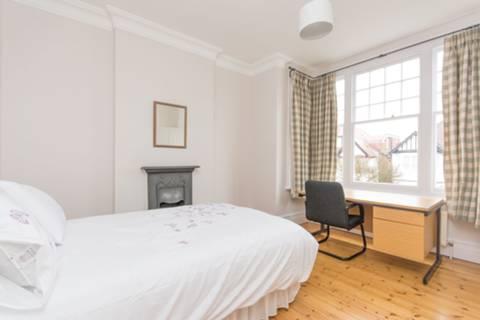 <b>Third Bedroom</b><span class='dims'> 13'5 x 11'5 (4.09 x 3.48m)</span>
